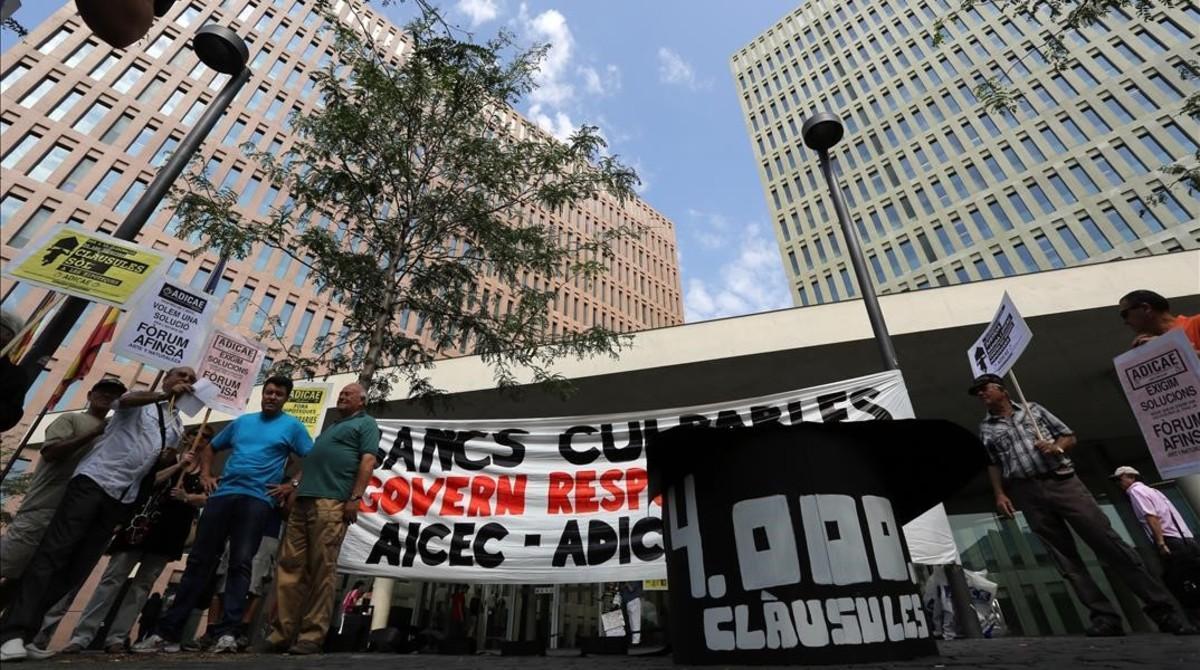 Afectados por las cláusulas suelo protestan en la Ciutat de la Justícia.