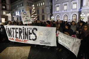 Concentración de interinos por la estabilización de sus puestos de trabajo, en la plaza Sant Jaume de Barcelona