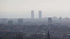Barcelona, bajo un manto de contaminación.