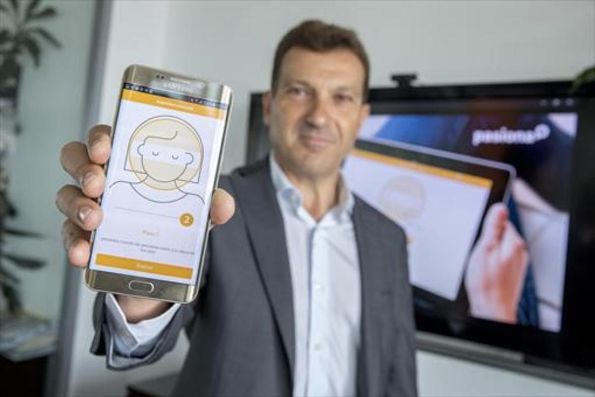 El director general de Pasiona, David Teixidó, en la sede de su empresa, en el 22@, mostrando la 'app' de Arquia.