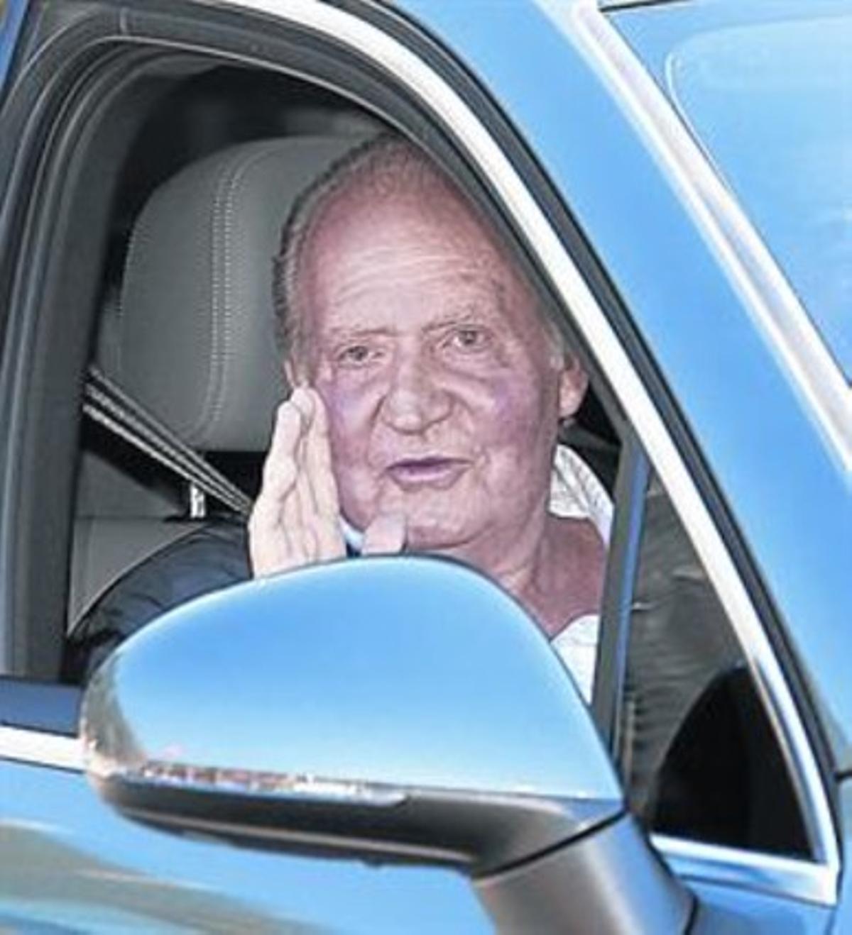 El Rey abandona el hospital el 23 de noviembre del 2013, tras ser operado de la cadera.