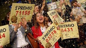 Administración de Doña Manolita celebrando un premio de la Lotería de Navidad de otros años.