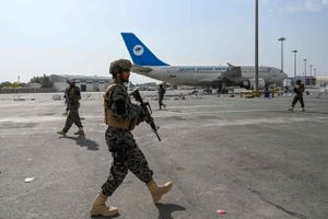 Talibanes toman control del aeropuerto de Kabul, tras la salida de EEUU.