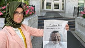 Hatice Cenzig sostiene una fotografía de su pareja, el periodista asesinado Jamal Khashoggi.