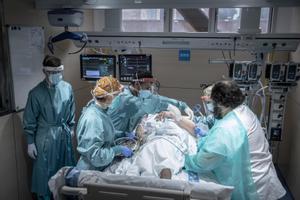 Un paciente con covid-19 ingresa en la uci de Vall d'Hebron.