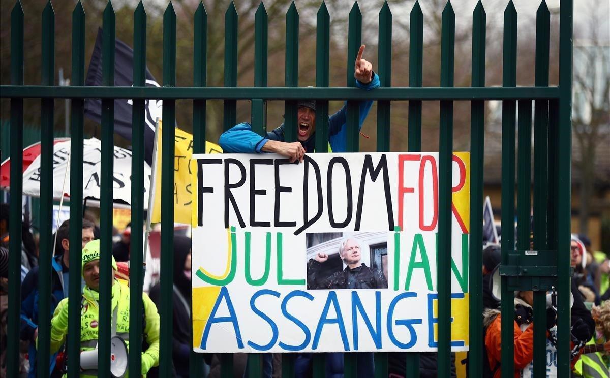 Simpatizantes de Assange piden su liberaciónen el acceso del tribunal que decide su acepta si extradición a EEUU.