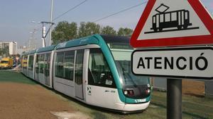 Un tranvía del Trambaix (T-3) a su paso por Sant Feliu.