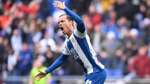 Raúl de Tomas festeja su gol, que significó el 1-1 contra el Athletic.