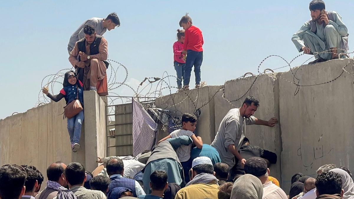 Caos en el aeropuerto de Kabul: impactantes imágenes de afganos intentando acceder a aviones