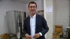 El presidente de la Xunta de Galicia,Alberto Núñez Feijóo, en su colegio electoral de Santiago de Compostela.