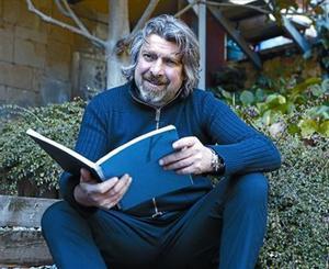 El actor Pere Arquillué, en el jardín de su casa de Matadepera.