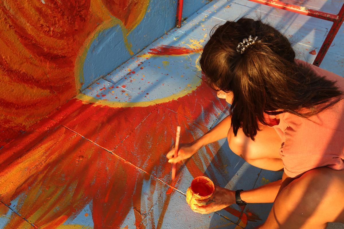 Jóvenes europeos y santboianos han decorado una pared del Parc Sanitari Sant Joan de Déu de Sant Boi