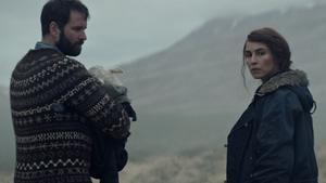 Hilmir Snær Guðnason y Noomi Rapace en una imagen de 'Lamb'.