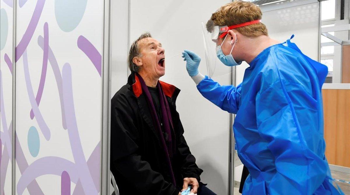 Un enfermero realiza una PCR a un paciente en Utrech (Países Bajos).