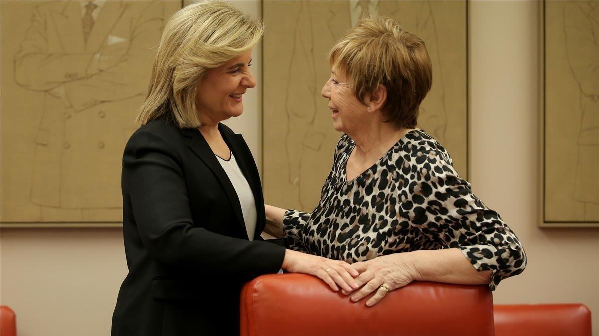 Fátima Báñez, ministra de Empleo (izquierda)conversa con la presidenta de la comisión del Pacto de Toledo, Celia Villalobos.