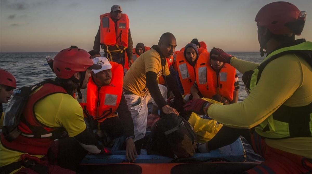 Refugiados e inmigrantes rescatados por la tripulación del 'Astral', a unas 18 millas al norte de Libia, el 21 de julio.