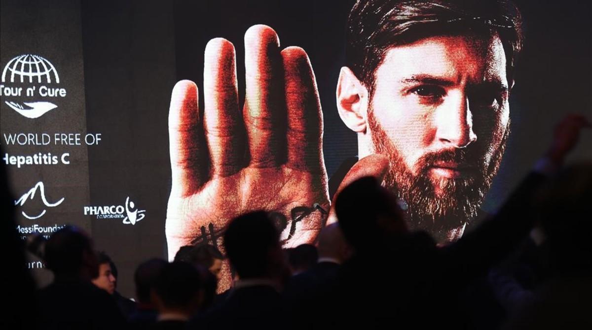 Un cartel con la imagen de Messi en la gala benéfica de El Cairo, este martes.