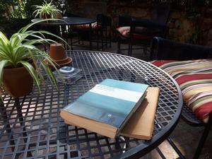 Rincón de lectura en una terraza en un hotel de Barcelona.