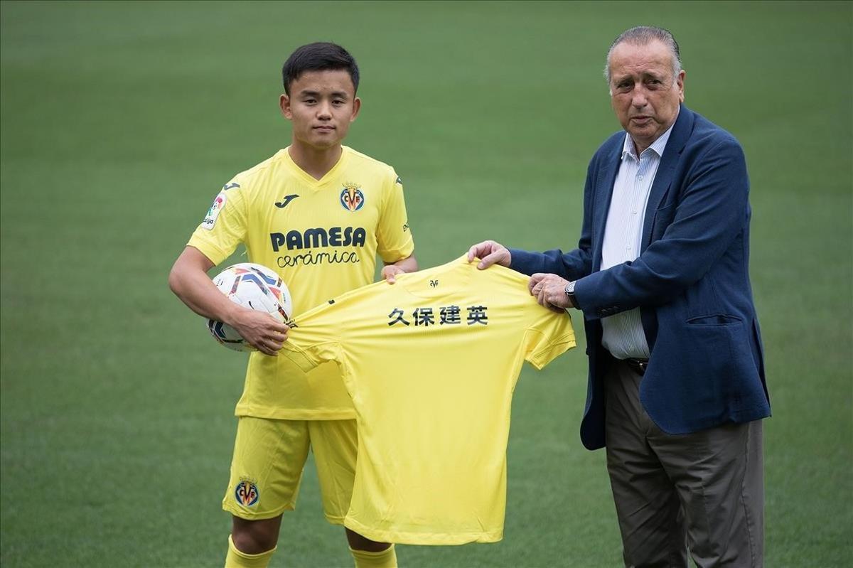 Kubo, en su presentación al lado del presidente del Villarreal, Fernando Roig