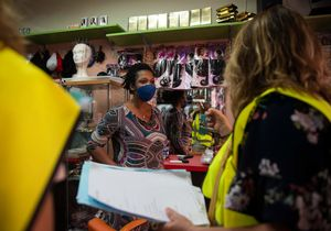 La dueña de una peluquería de Son Gotleu recibe información, el pasado 11 de septiembre,sobre las medidas restrictivas que se iban a aplicar en el barrio a partir de aquel día.