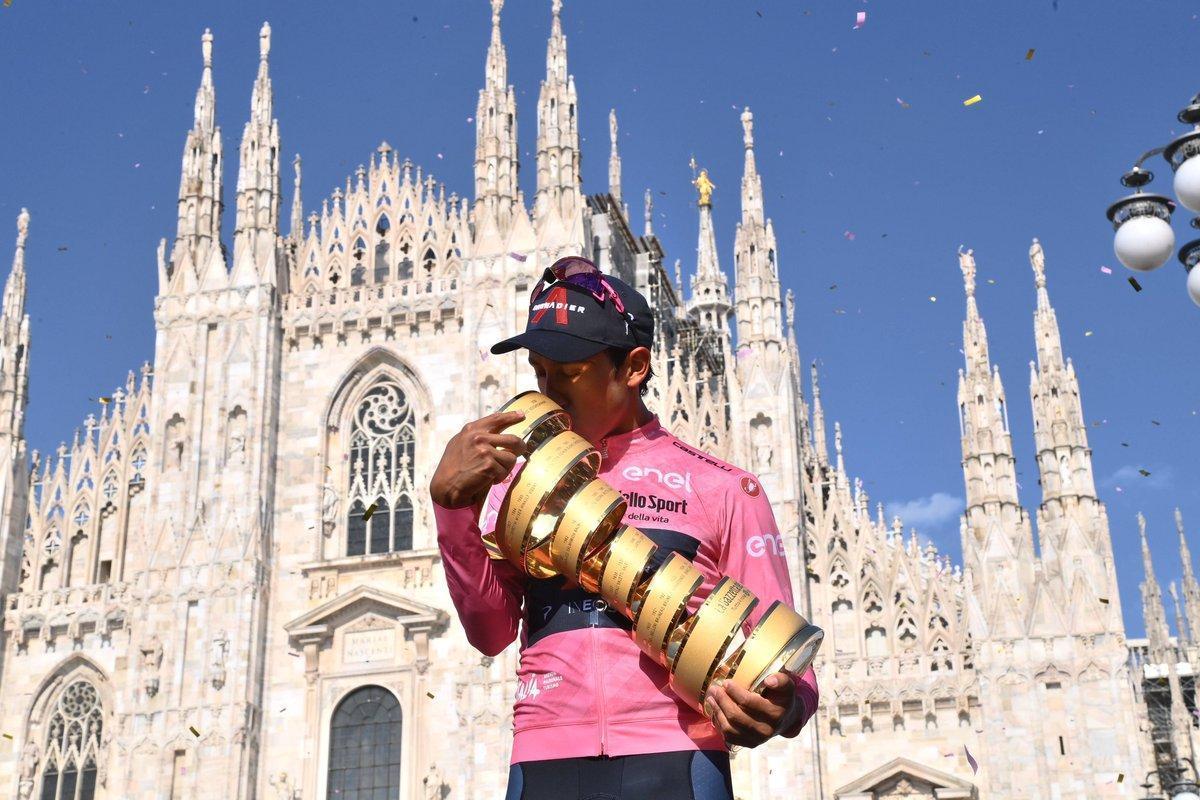 Egan Bernal, en Milán, con el trofeo como ganador del Giro 2021.