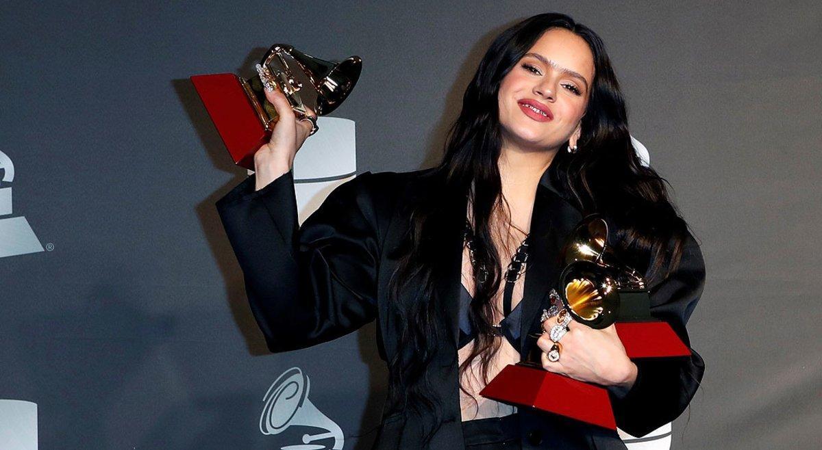 Rosalía, con los tres premios cosechados en los Grammy Latinos, el jueves en Las Vegas.