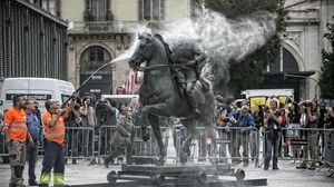 Traslado de la estatua ecuestre de Franco de un almacén municipal hasta el Born.