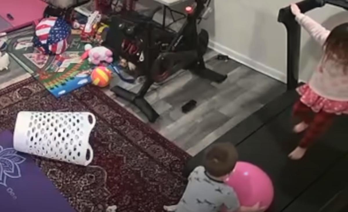 Niños jugando junto a una cinta de correr.