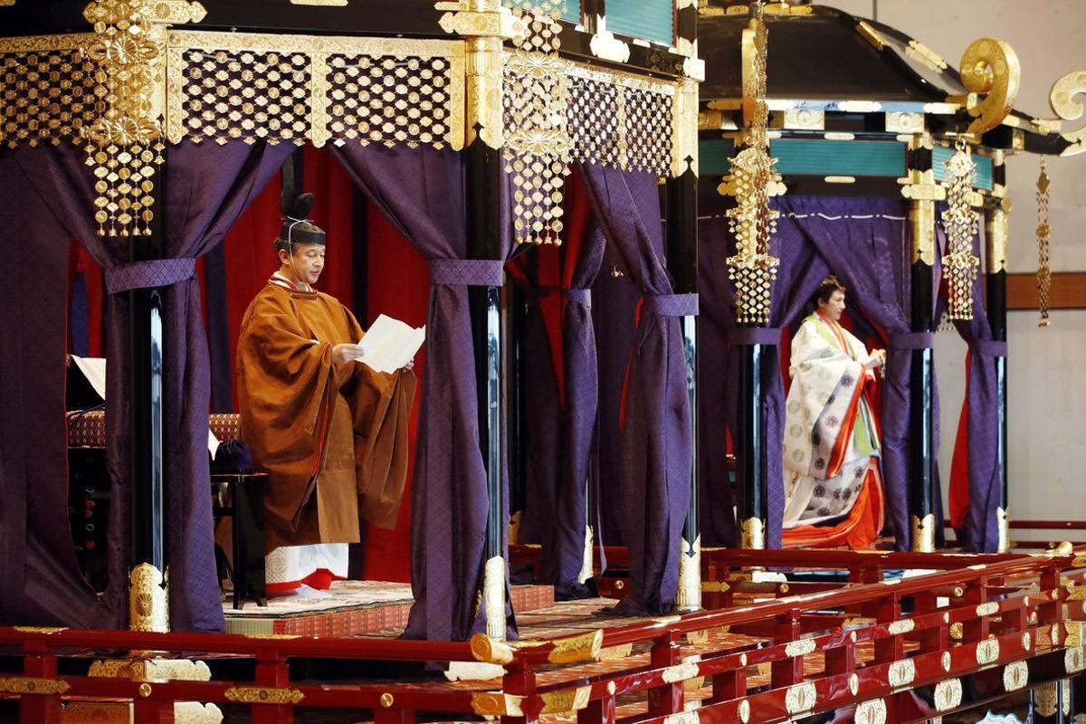 Los emperadores de Japón, Naruhitoy Masako, durante la ceremonia de entronización.