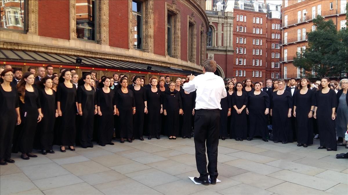 SImon Halsey dirige al Orfeó Catalá frente al Albert Hall.