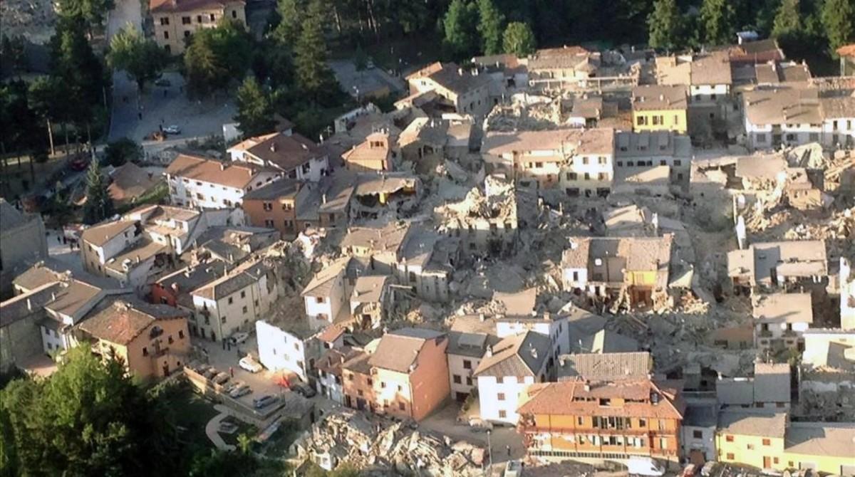 Imagen aérea de Amatrice, una de las localidades afectadas por los dos terremotos que han sacudido este miércoles el centro de Italia.