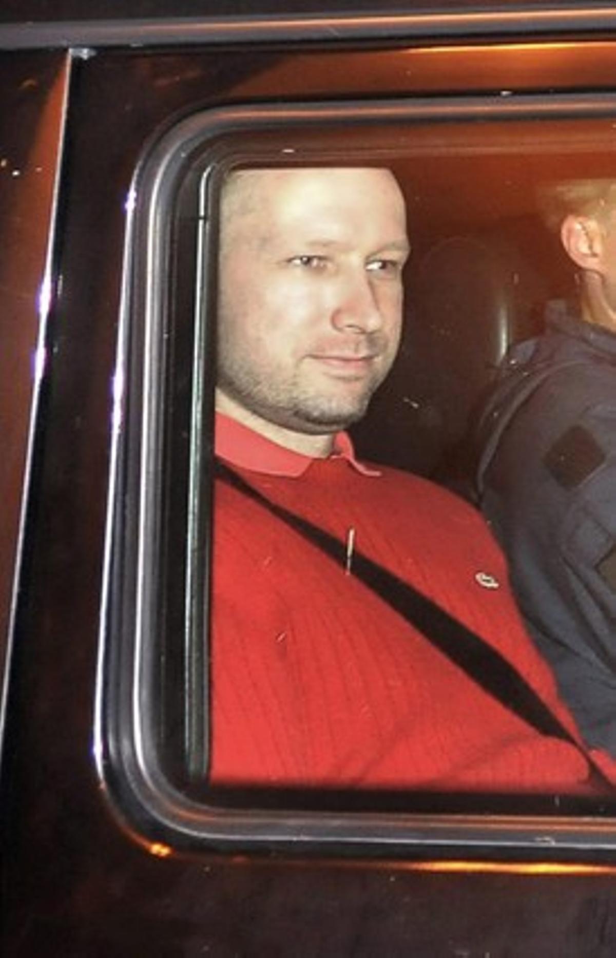 Breivik es trasladado en un vehìculo policial hasta los juzgados de Oslo.