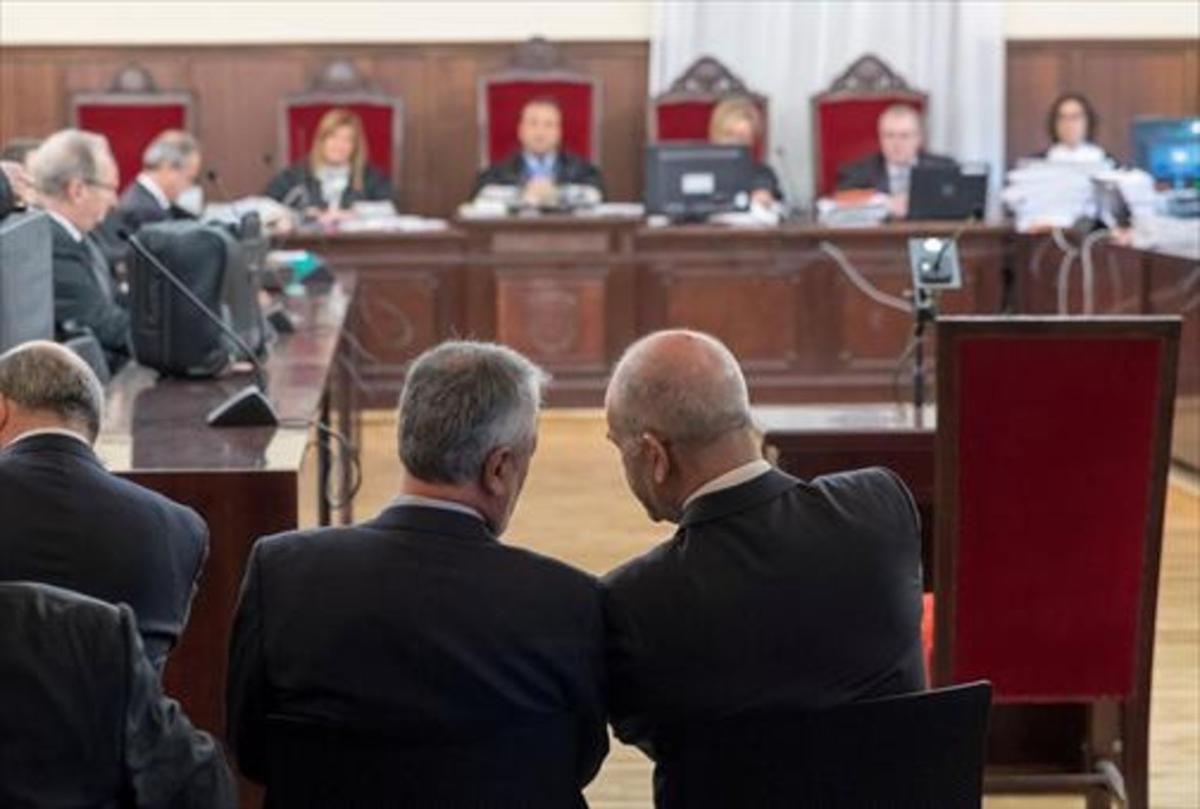 Los expresidentes Griñán y Chaves, ayer, en la sala de la Audiencia de Sevilla.