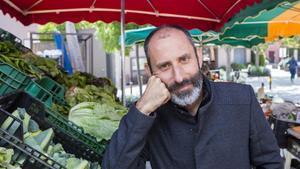 El dietista-nutricionista, profesor y divulgador Julio Basulto, en un mercado en santa Eulàlia de Ruiprimer (Osona).
