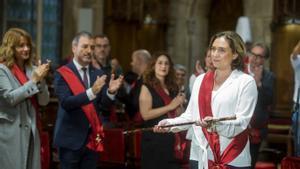 Ada Colau, en el momento de renovar como alcaldesa de Barcelona, aplaudida por su socio de govern, Jaume Collboni.