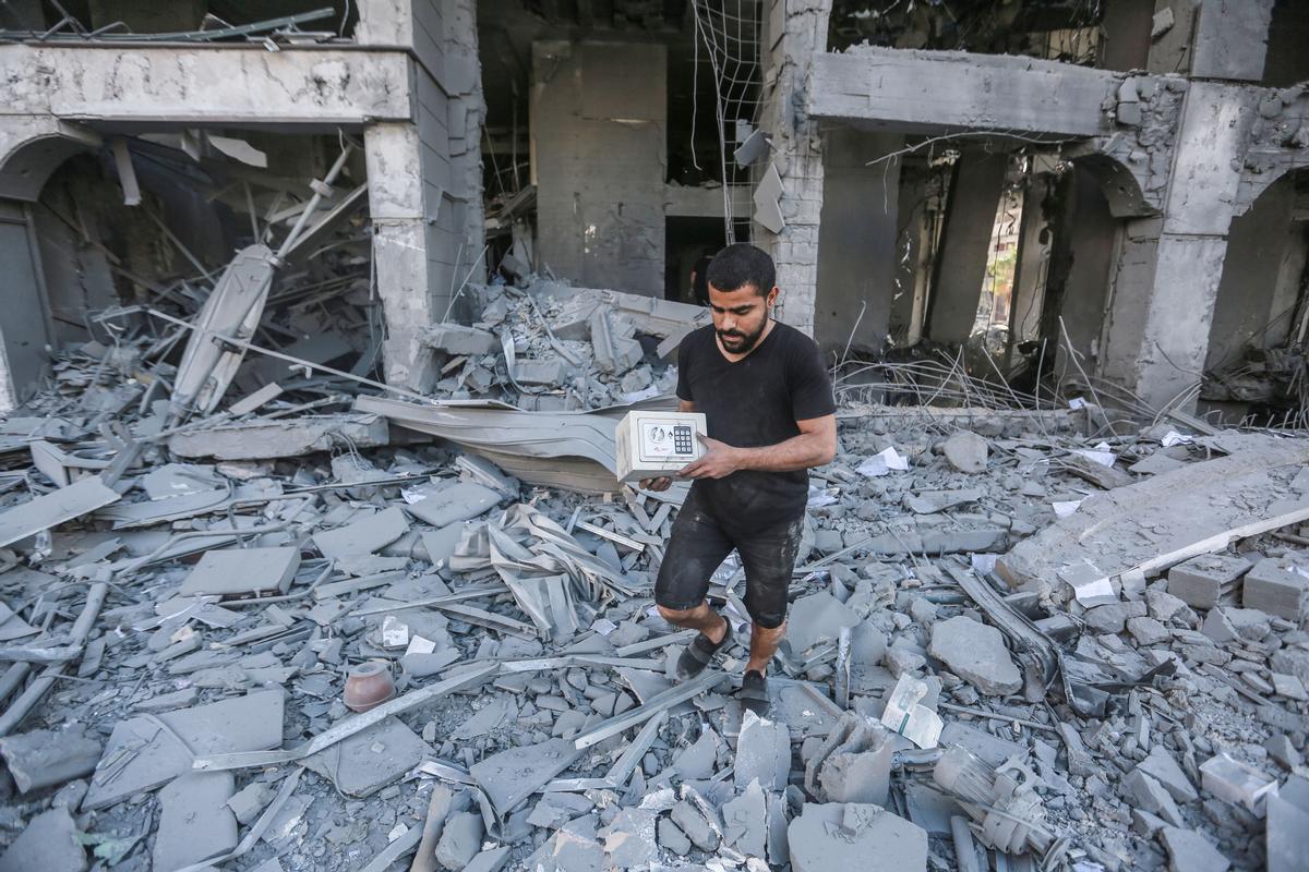 Un palestino camina entre los escombros en Gaza, tras un ataque aéreo israelí.