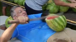 El nuevo récord de Ashrita Furman, partirse sobre el estómago 26 sandías a golpe de catana.