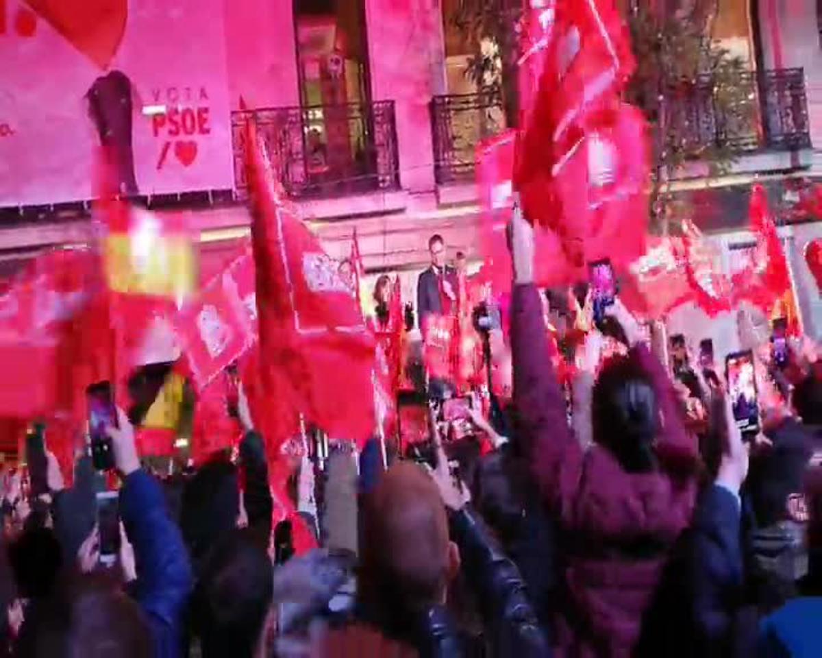 Militantes del PSOE gritan a Pedro Sánchez ante la sede de Ferraz.