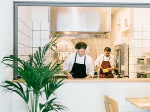 Roberto Colella, en la cocina a la vista del restaurante que recibe al comensal cuando entra.
