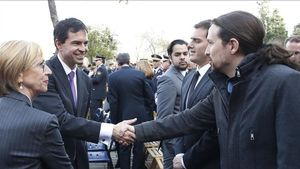 Andrés Herzog saluda a Pablo Iglesias en presencia de Rosa Díez y Albert Rivera.