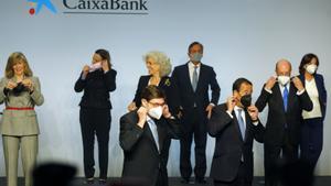 Consejeros de CaixaBank se ponen las mascarillas tras posar antes de la primera reunión del nuevo consejo de administración de la entidad fusionada con Bankia.