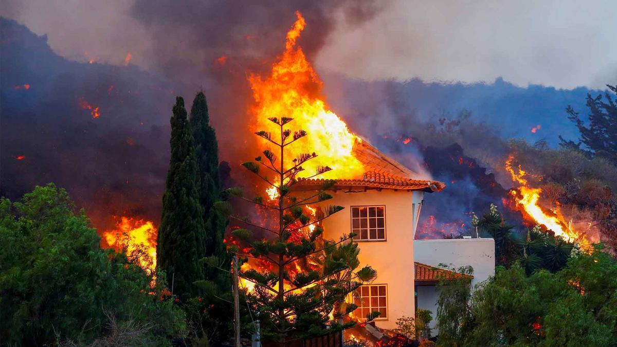 Este es el momento en que la lava destruye una casa en La Palma