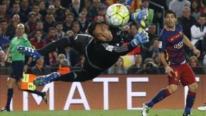 Keylor Navas ante Luis Suárez duranteel clásico del pasado mes de abril.