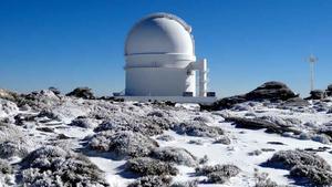 En el vídeo, representación artística de las órbitas de los planetas alrededor de la estrella GJ 3512. En la fotografía, el Observatorio de Calar Alto, en Almería, donde se aloja el instrumento CARMENES.