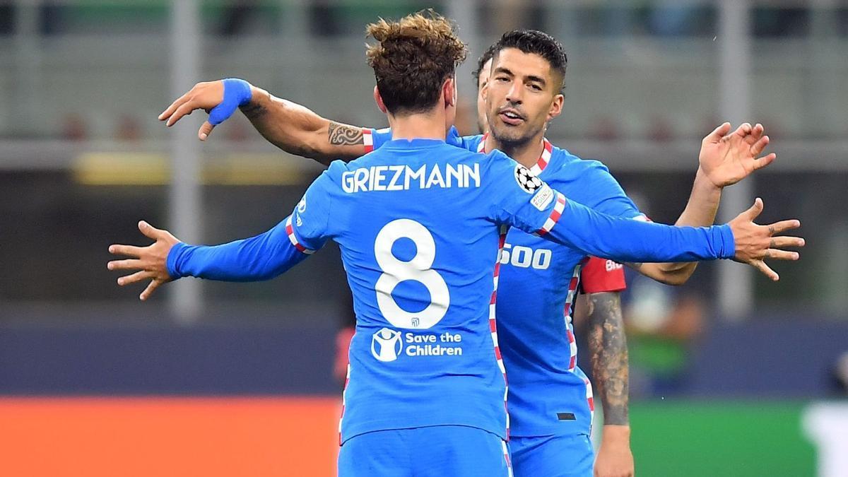 Griezmann se abraza con Suárez en San Siro.