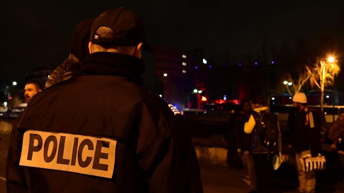 Un policía en las calles de París.