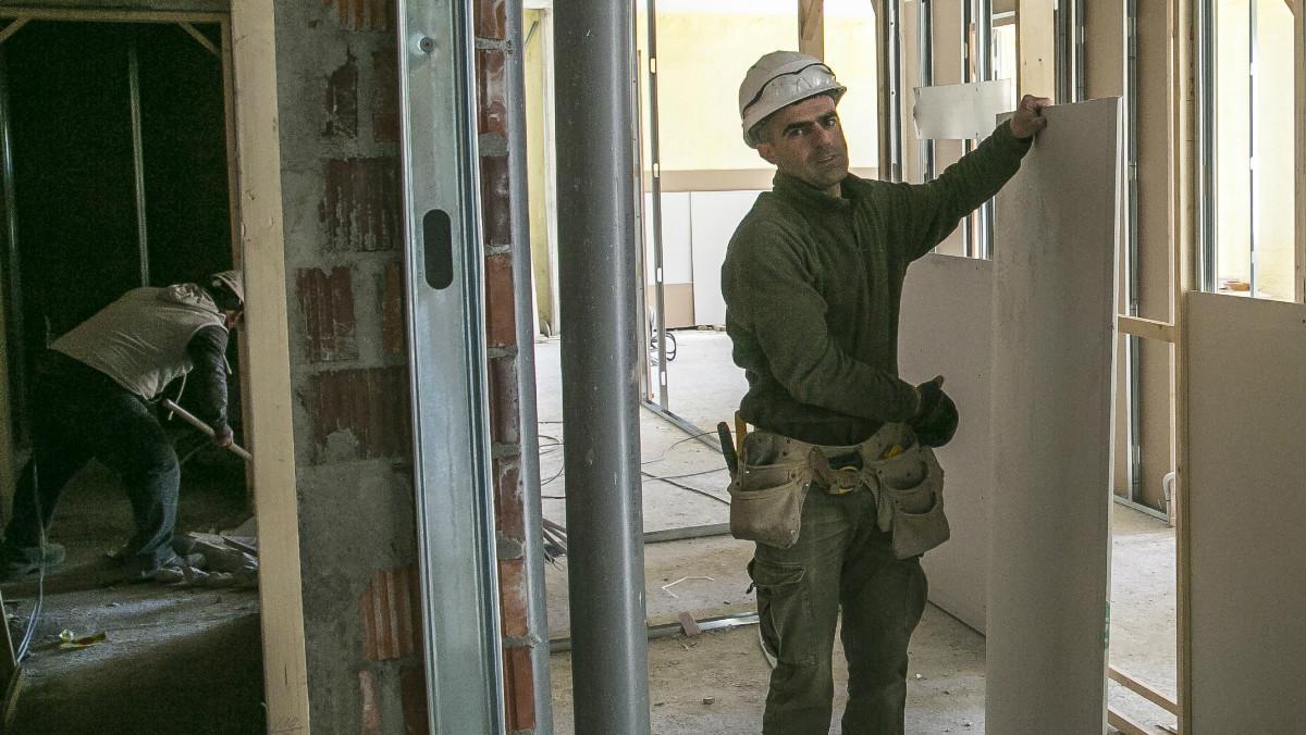 Imagen de dos trabajadores en una obra para la construcción de viviendas, en Sant Feliu de Llobregat.