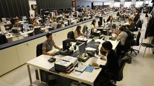 Mujeres y hombres empleados en un centro de la firmaMango.