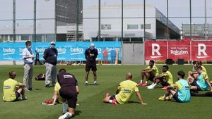 Bartomeu se dirige a los jugadores en presencia de Óscar Grau y Quique Setién.