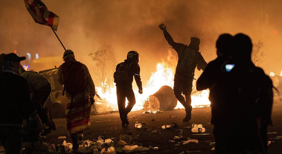 Disturbios en la plaza de Urquinaona de Barcelona en protesta por la sentencia del 'procés', el pasado 18 de octubre.